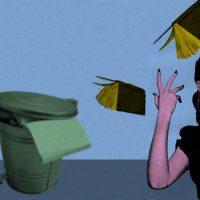 mujer tirando 2 libros al basurero