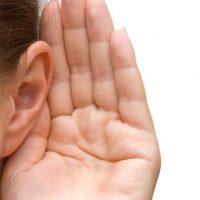 mano al lado del oido